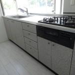 室内は天然無垢のフローリング始め設備全てリニューアルして新築同様(キッチン)